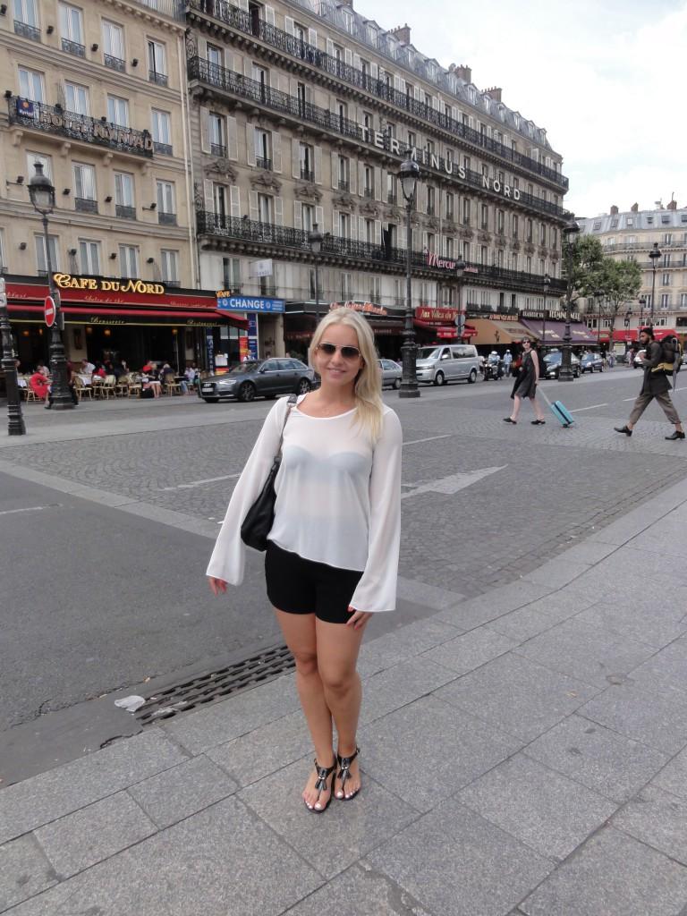 Blouse - IMPERIAL (similar here) Shorts - H&M (similar here) Sandals - Ralph Lauren Sunglasses - Rayban