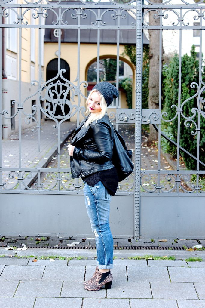Beanie - Lacoste Leather Jacket - Zara (similar here) Boyfriend Jeans - Zara (similar here) Leopard Booties - C&A (Similar here) Bag - Boss Orange (similar here)