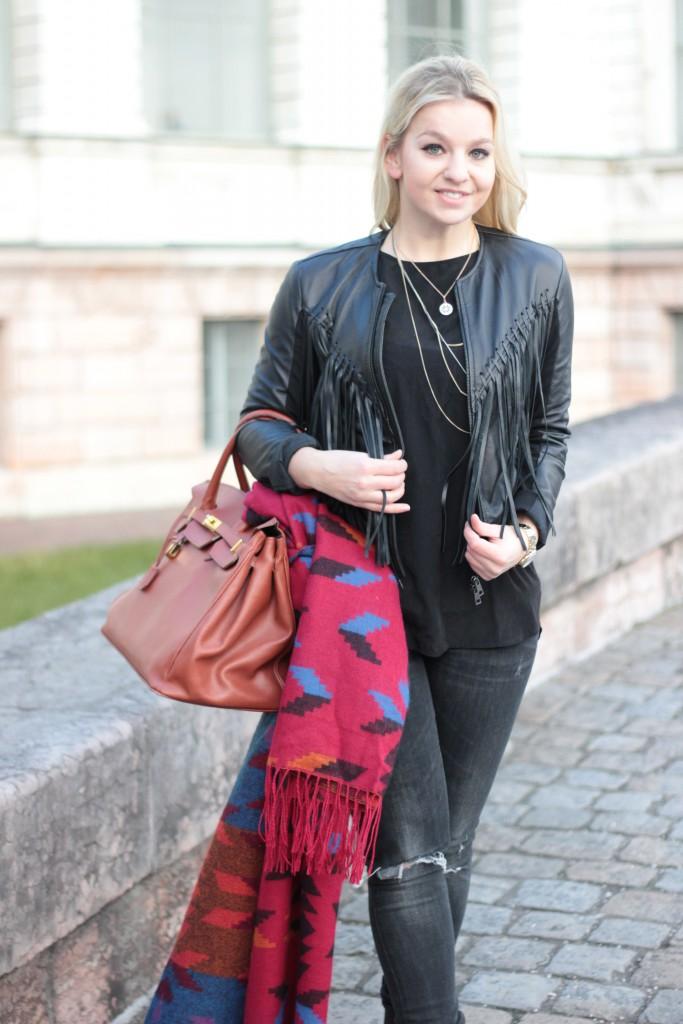 Lederjacke, Jeans - Zara, Top - H&M, Schal - H&M, Kette - Thomas Sabo, Schuhe - Zara